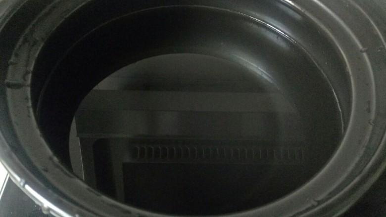 玉米南瓜粥,砂锅中加入2碗水