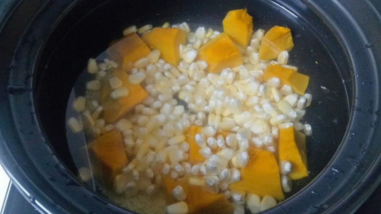玉米南瓜粥,放入玉米粒
