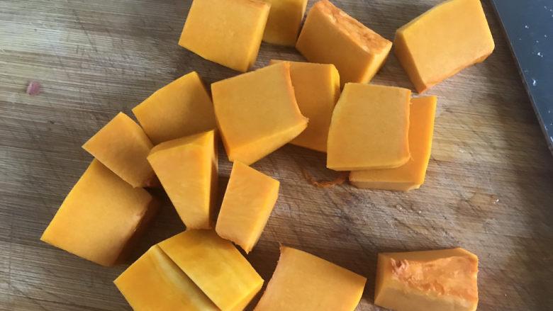 玉米南瓜粥,洗干净切块