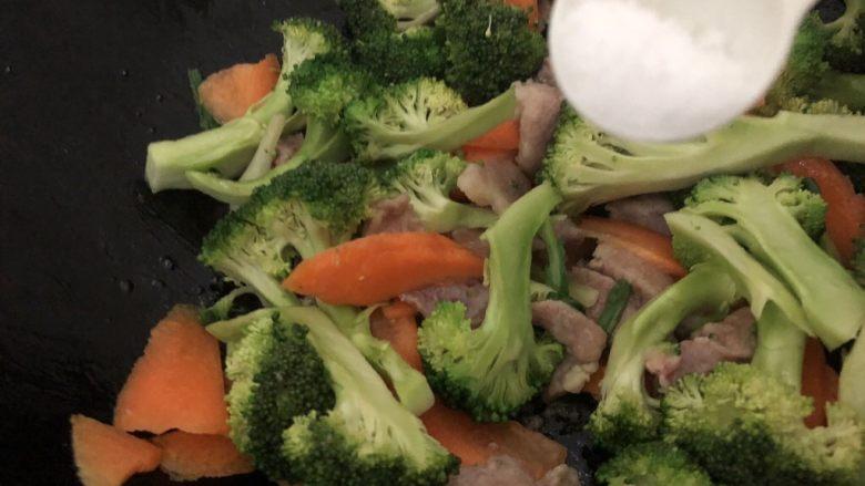 干锅西兰花,加入适量的盐