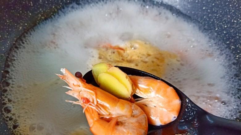 干锅西兰花,对虾冷水入锅,加姜片与料酒焯水一分钟后捞出控水。