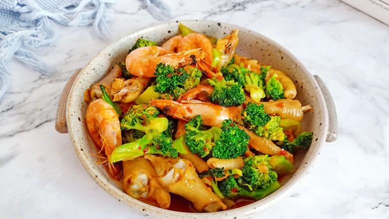 干锅西兰花,西兰花脆爽清口,鸡爪裹满酱汁,吃的停不下来!