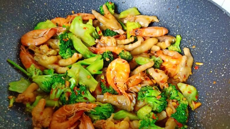 干锅西兰花,所有食材与调味料翻炒均匀即可关火出锅。