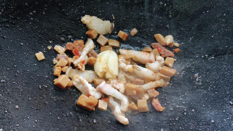 干锅西兰花,再加入一个蒜,再次提香