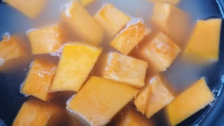 玉米南瓜粥,煮一会之后放入南瓜煮