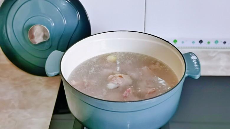 新疆大盘鸡,开煤气大火烧开煮2分钟。