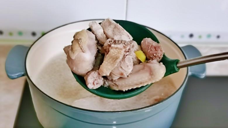 新疆大盘鸡,捞出用温水反复冲洗,将鸡块上的杂质冲洗干净。