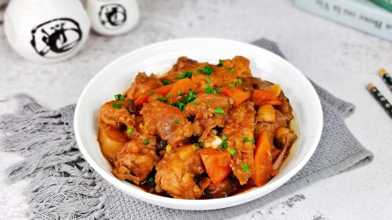 新疆大盘鸡,盛出装盘,撒上葱花,首次尝试自己在家做大盘鸡,深受家人喜爱。