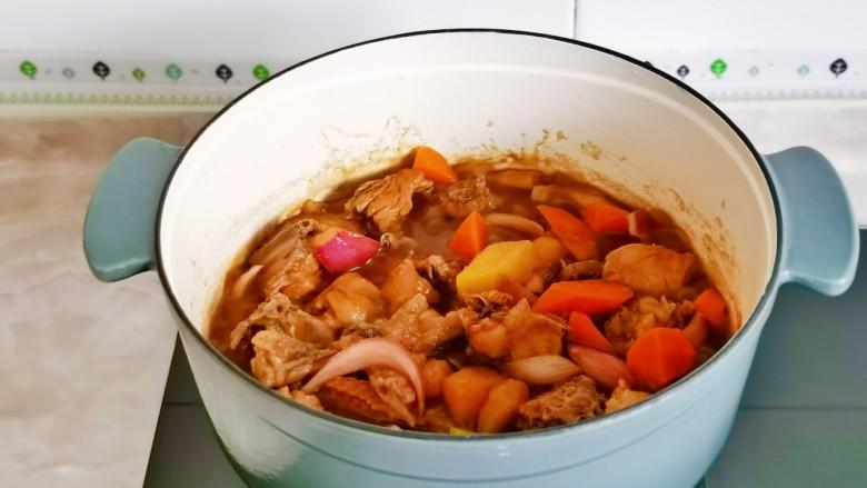 新疆大盘鸡,大火收汁浓稠即可关火。