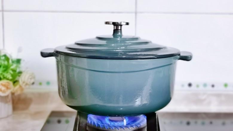 新疆大盘鸡,盖上珐琅锅得盖子,大火烧开,转小火炖15分钟,使用铸铁锅做菜最大的好处是可以达到健康补铁,还有就是烹饪时间比平时要快,特别是炖菜,高颜值的厨房好物,每天为家人下厨做菜都满满的幸福感。
