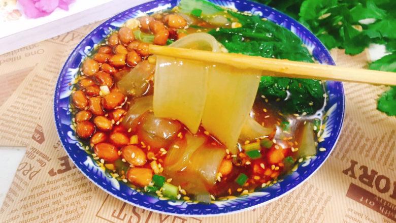 酸辣宽粉,放入花生米,撒上葱花即可食用