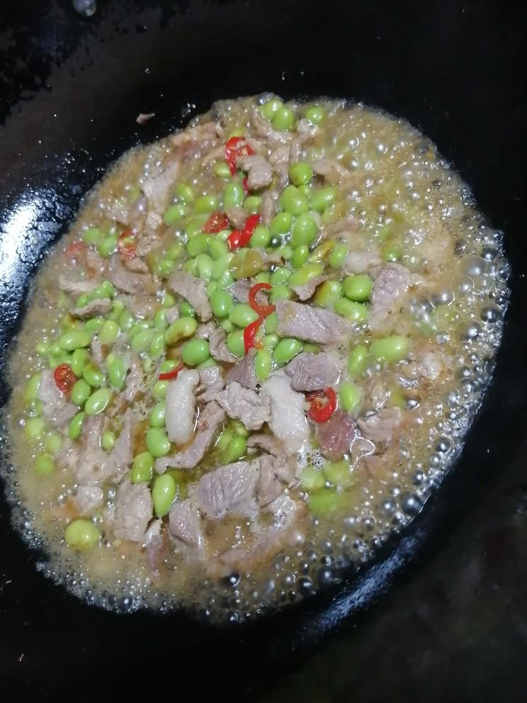 毛豆炒肉丝,加适量的水稍微煮下,大概2分钟。
