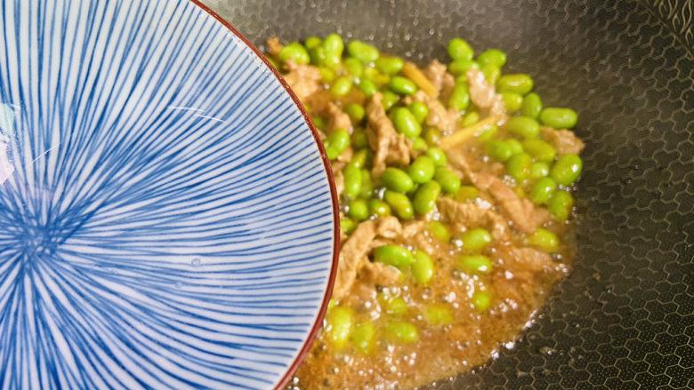 毛豆炒肉丝,加入少许热水翻炒至断生即可