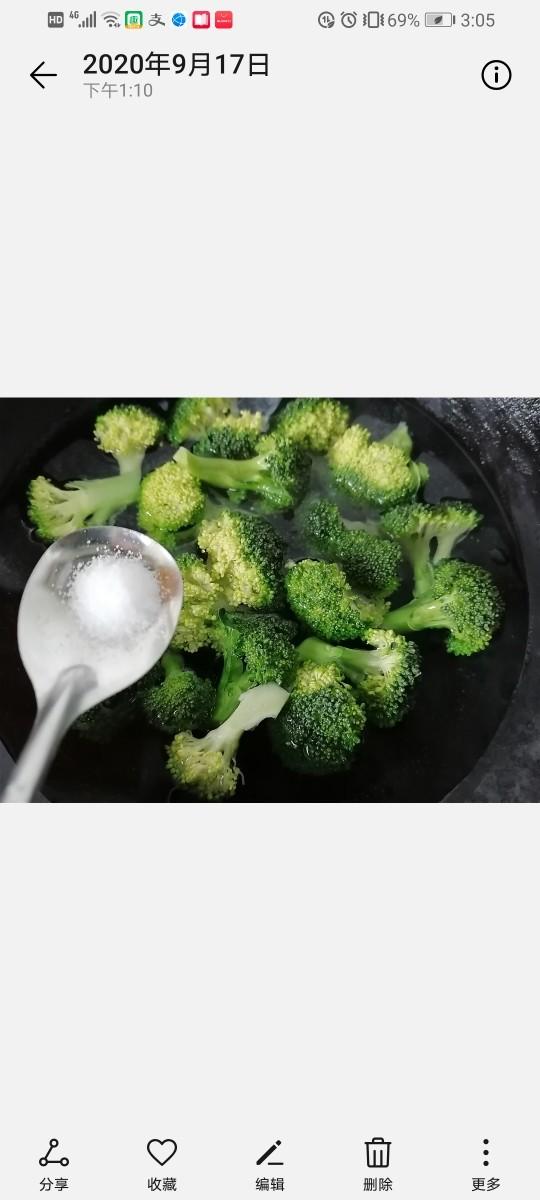 干锅西兰花,将西兰花焯下水,放少许盐可以使其更翠绿。