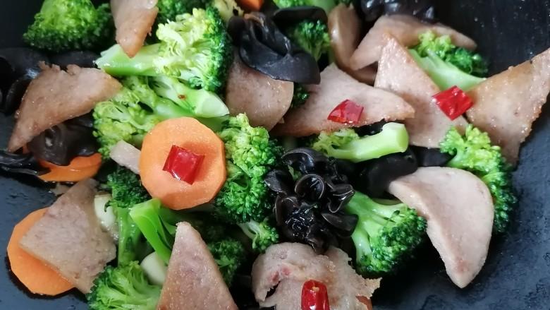 干锅西兰花,最后放入午餐肉翻炒均匀即可出锅