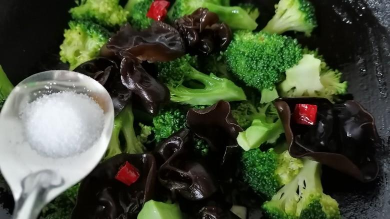 干锅西兰花,放入黑木耳翻炒并加入适量盐调味