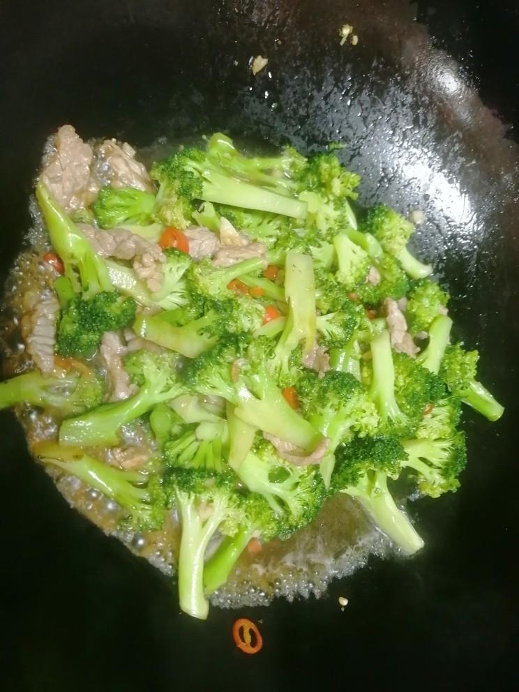 干锅西兰花,加适量的水翻炒。
