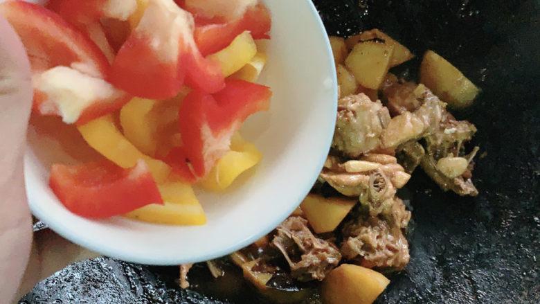 新疆大盘鸡,加入彩椒块。彩椒块在这里是作为大盘鸡辣椒的替代,不辣同时自带果蔬清甜,可生食所以下锅不用炒太久。
