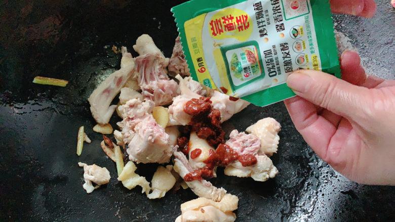 新疆大盘鸡,加入一份<a style='color:red;display:inline-block;' href='/shicai/ 705'>豆瓣酱</a>。正常喝汤的汤勺2~3勺。可以多加一点,一会还要加水稀释。