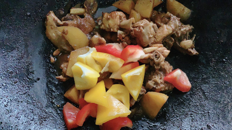 新疆大盘鸡,翻炒均匀,将其铺在宽带面之上。