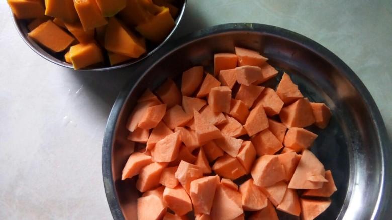 红薯南瓜粥,红薯和南瓜改刀。