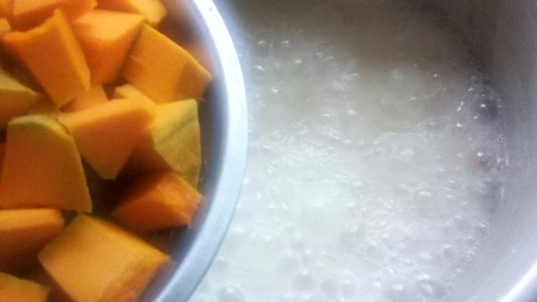 红薯南瓜粥,十分钟后,放入南瓜煮。