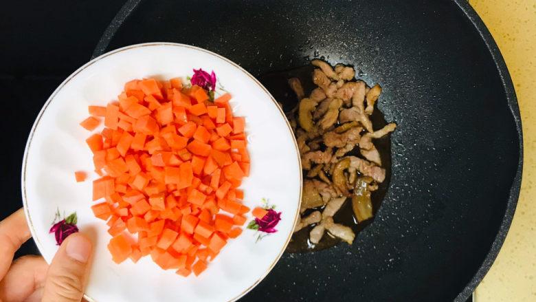 毛豆炒肉丝,加入胡萝卜丁,翻炒均匀