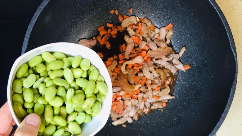 毛豆炒肉丝,继续加入毛豆