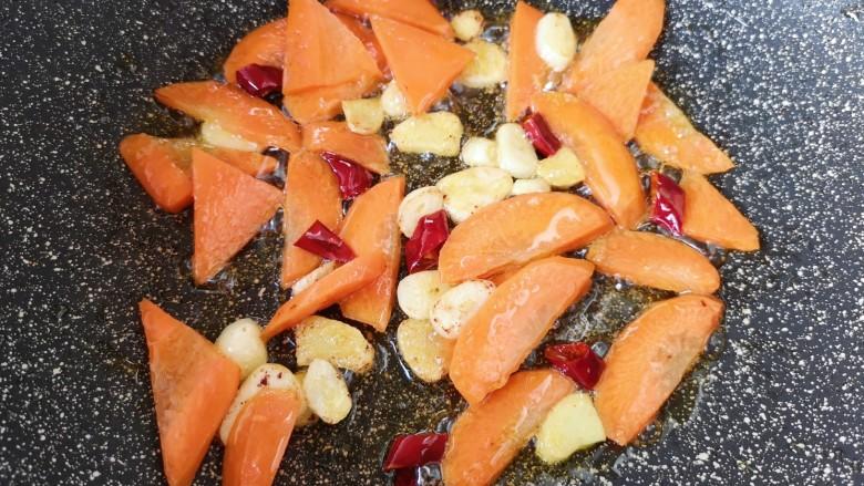 干锅西兰花,下入胡萝卜片翻炒均匀。