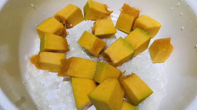 玉米南瓜粥,加入南瓜