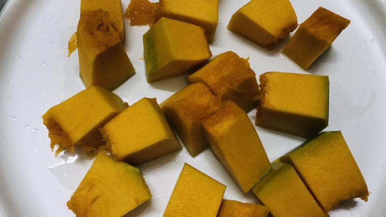 玉米南瓜粥,南瓜去皮后切成小块