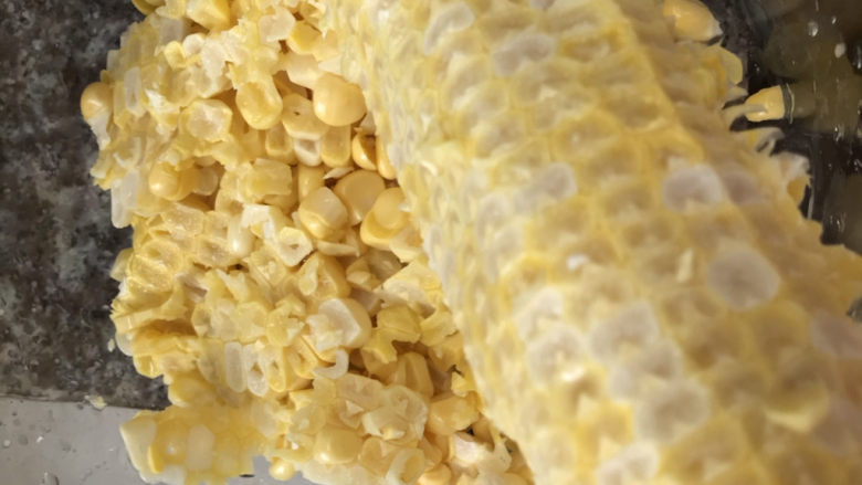 玉米南瓜粥,玉米用刀削成粒