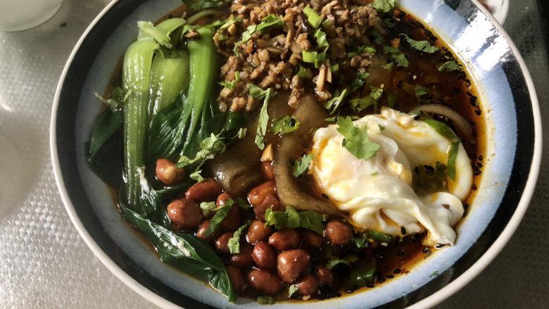 酸辣宽粉,最后摆鸡蛋,撒少许香菜碎,即可上桌享用
