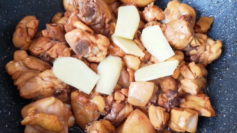 新疆大盘鸡,放姜片和料酒翻炒均匀。