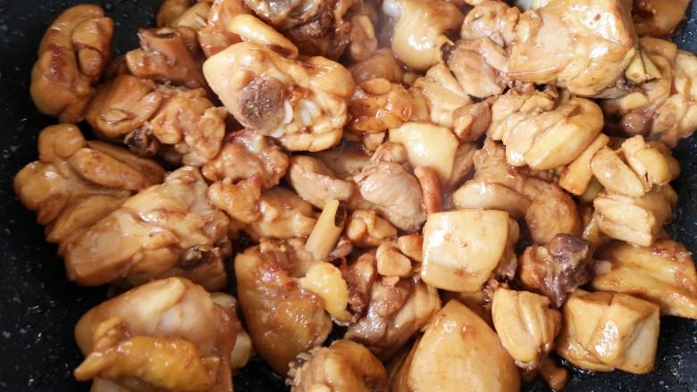 新疆大盘鸡,下入鸡块大火爆炒,将鸡肉的水分炒出来。
