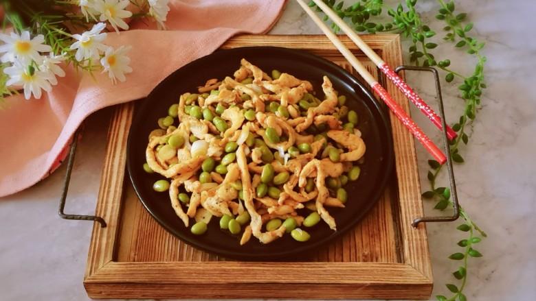 毛豆炒肉丝,出锅装盘即可食用。