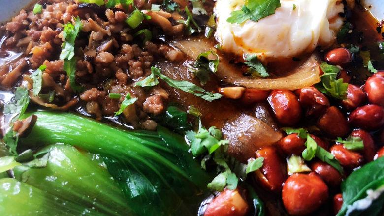 酸辣宽粉,这碗酸辣宽粉,做法简单,酸辣过瘾,宽粉搭配肉末青菜鸡蛋花生米,营养更均衡,喜欢的小伙伴们快来试试看吧😄