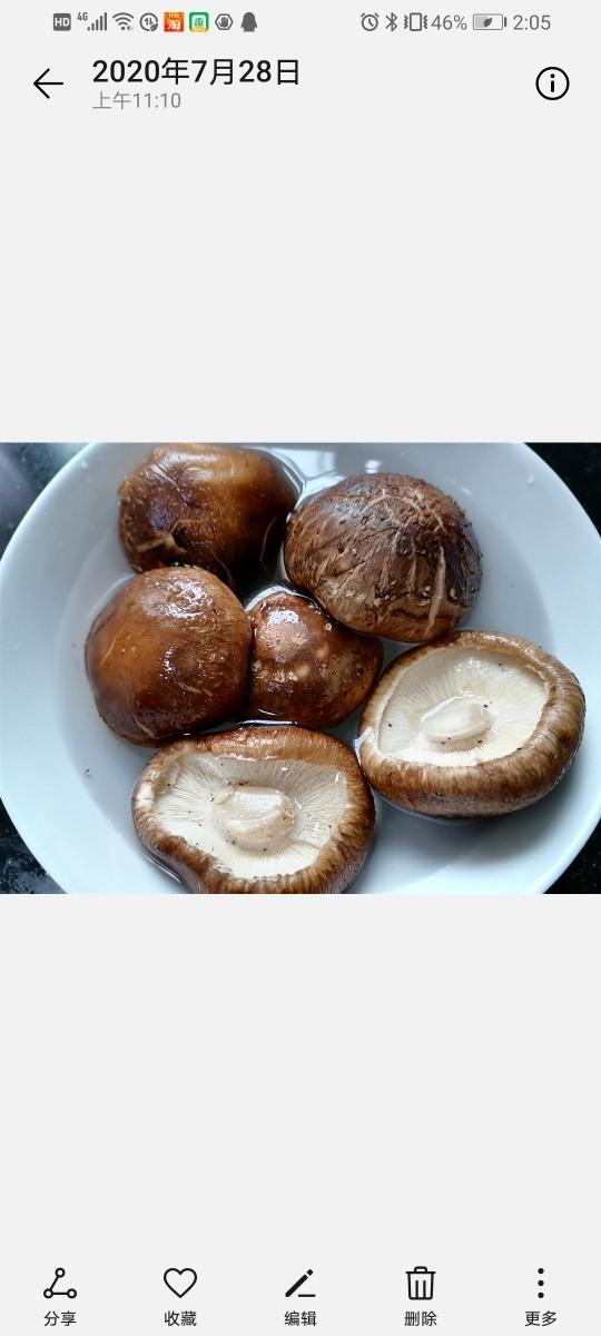香菇肉片,将香菇泡水清洗干净