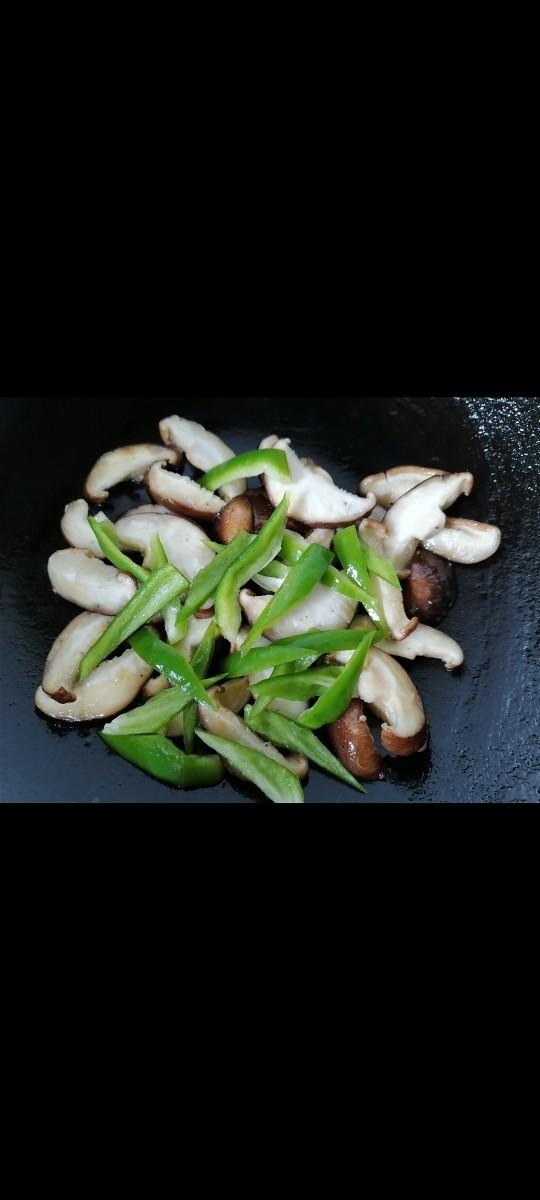 香菇肉片,放入青椒翻炒