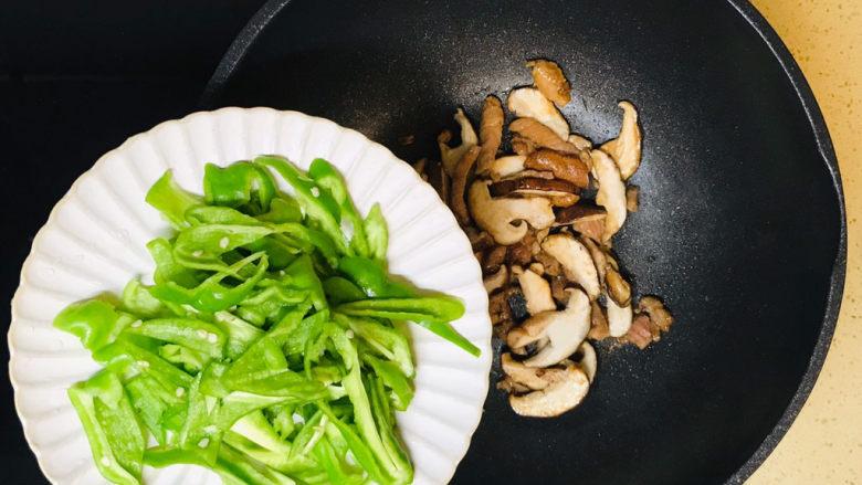 香菇肉片,加入辣椒丝