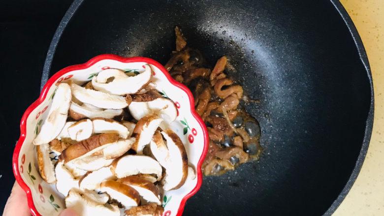 香菇肉片,加入香菇片,翻炒均匀