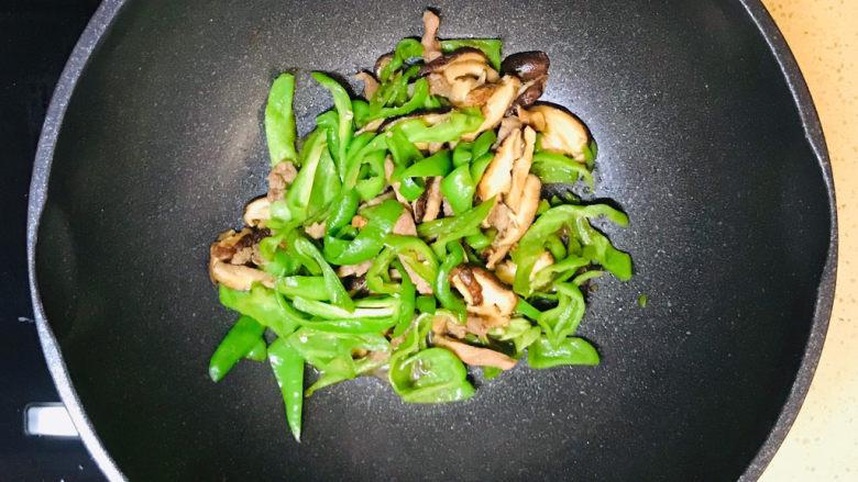 香菇肉片,煸炒至熟就可以关火起锅装盘了