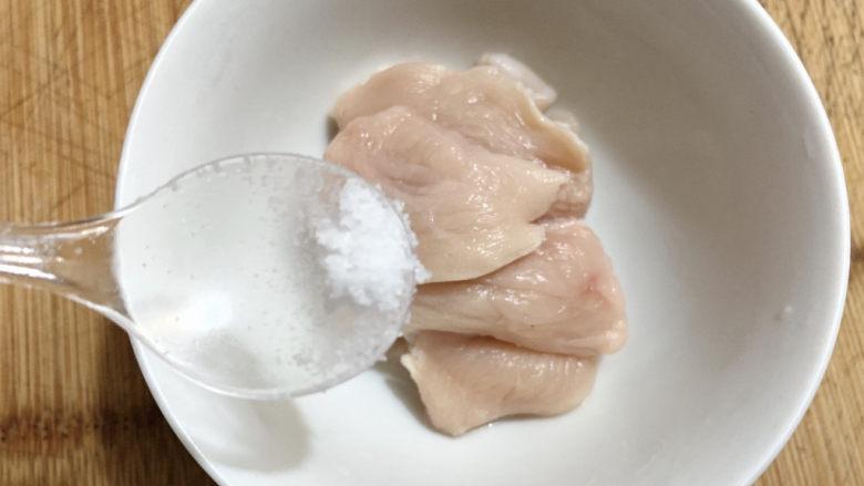 香菇肉片,加少许盐调味。