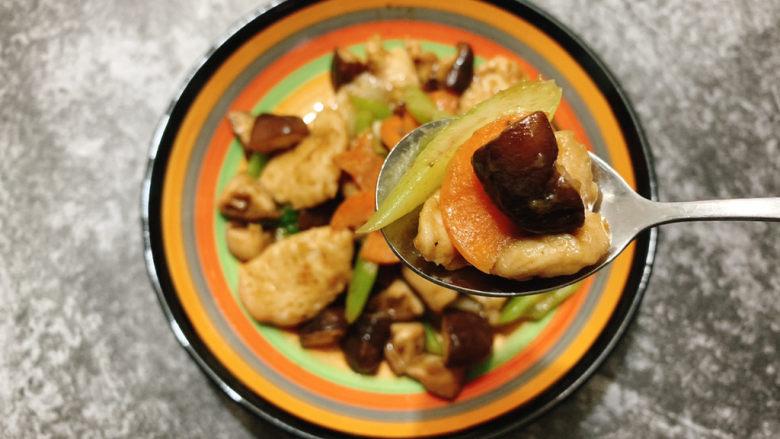 香菇肉片,鸡胸先煎后回锅,口感会更细嫩,又能保证其他食材的出味且熟透。