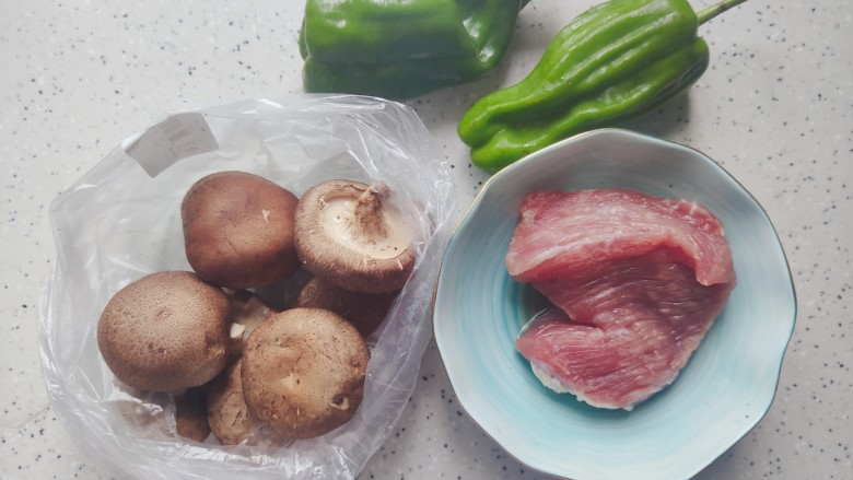 香菇肉片,首先我们准备好所有食材
