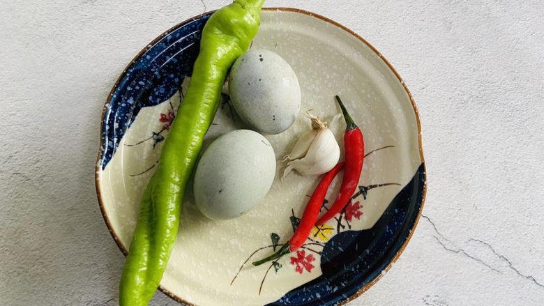 青椒皮蛋,准备好食材
