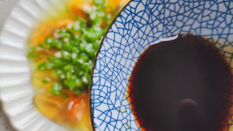 青椒皮蛋,均匀淋上碗汁