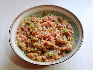 三鲜蒸饺,再加入切好的小葱,搅拌均匀即可。
