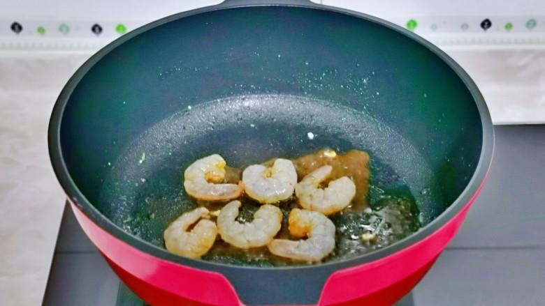 冬瓜鸡蛋汤,起油锅,倒入腌制好的虾仁。