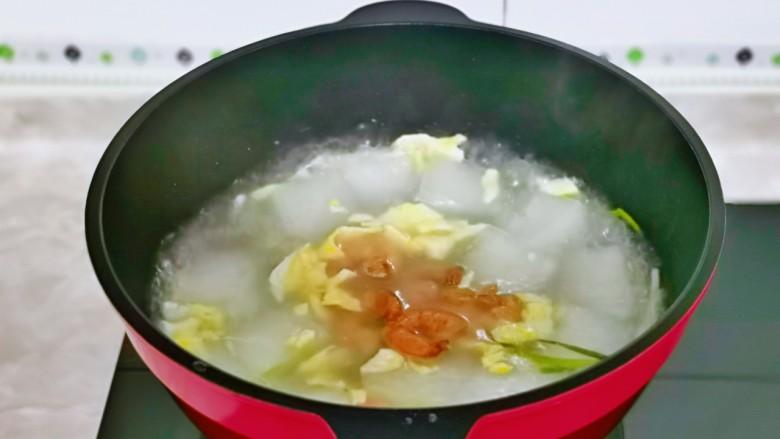 冬瓜鸡蛋汤,最后加入煸炒过的虾仁。